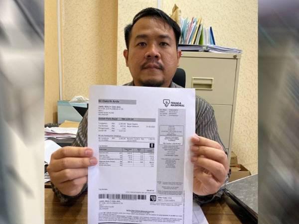 Pengarah Akaun Jakel, Mohd Redza Hamdan menunjukkan bil elektrik yg mengesahkan Jakel mendapat bekalan letrik secara sah dan bukan seperti yg dinyatakan dalam FB MBSA
