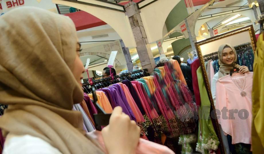 KERAJAAN bersetuju membenarkan pengguna mencuba pakaian serta kasut di premis. FOTO Akib NSTP
