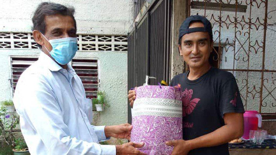 LAN ketika menerima bantuan daripada Presiden Karyawan, Datuk Freddie Fernandez